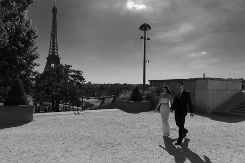 couple tour eiffel b&w